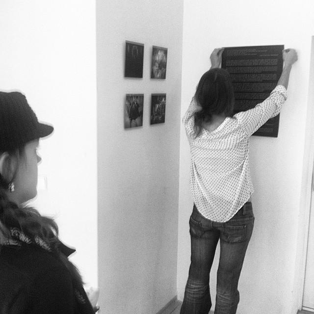 Letzte Vorbereitungen zur #Ausstellungseröffnung #laSaladaProject. #MatiasDewey #SarahPabst #Aachen #Logoi Instagram