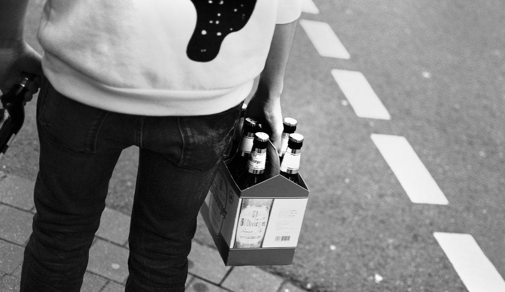 Mit dem Sixpack Bier an der Ampel